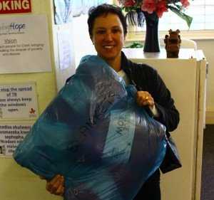 Manuela from the Constantiaberg AM congregation delivers clothes to Living Grace in Muizenberg
